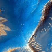 Една от най южните области е Лабиринтът на нощта – разклонена верига от каньони западно от долината Маринър. Отделни дефилета достигат дълбочина няколко километра. © NASA/JPL/University of Arizona