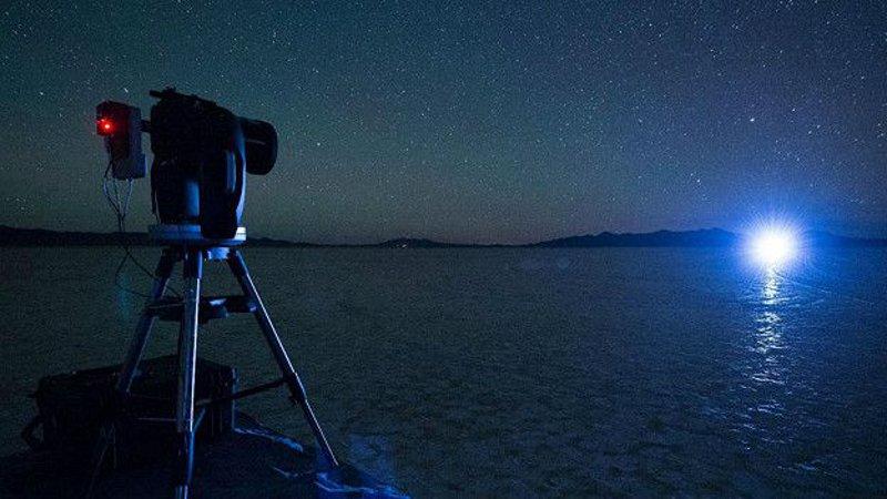 Както илюстрира тази снимка, направена по време на експериментите,  с макет на  Starshade, ярката светлина от звездата значително затруднява наблюдението на нейните планети.  © Northrop Grumman