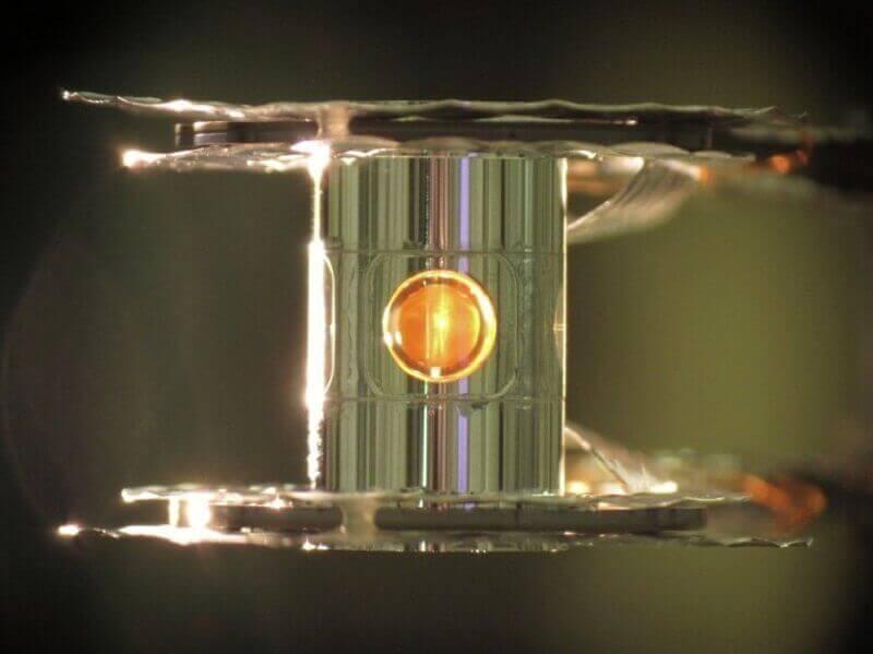 Капсула с деутерий и тритий в лазерна инсталация. © Dr. Eddie Dewald / LLNL / High-foot team