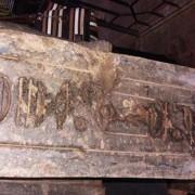 Йероглифите на задната страна на статуята. Egyptian Ministry of Antiquities