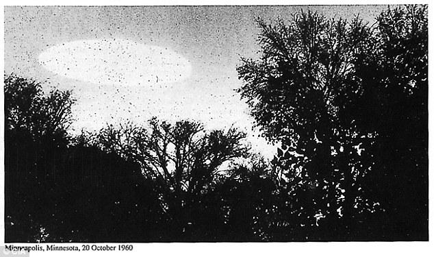 От лявата страна на снимката се вижда огромен светъл обект, който наподобява летяща чиния.