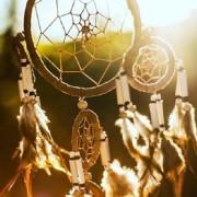 Обръч с мрежа от конски косми, украсен с пера и перли, който според индианците гарантира добри сънища на собственика си. Public Domain