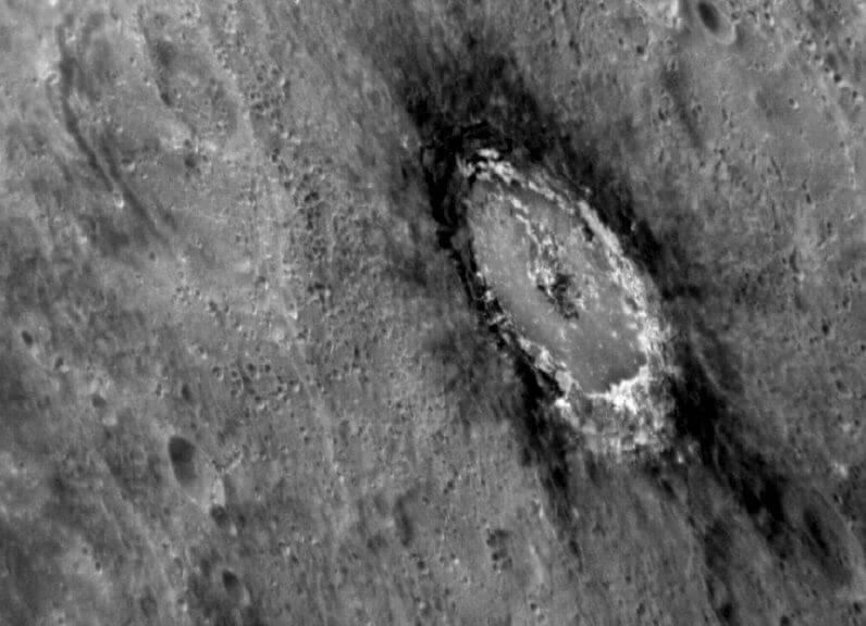 Кратерът Башо и тъмната област около него. © NASA/Johns Hopkins University Applied Physics Laboratory/Carnegie Institution of Washington