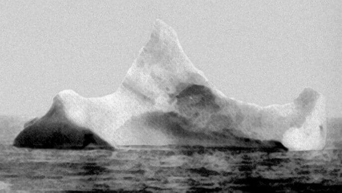 """Айсбергът, с който се предполага, че се е сблъскал """"Титаник"""". Снимката е направена от лайнера Prinze Adalbert сутринта на 15 април 1912 година на няколко мили южно от мястото на катастрофата.  Рublic domain"""