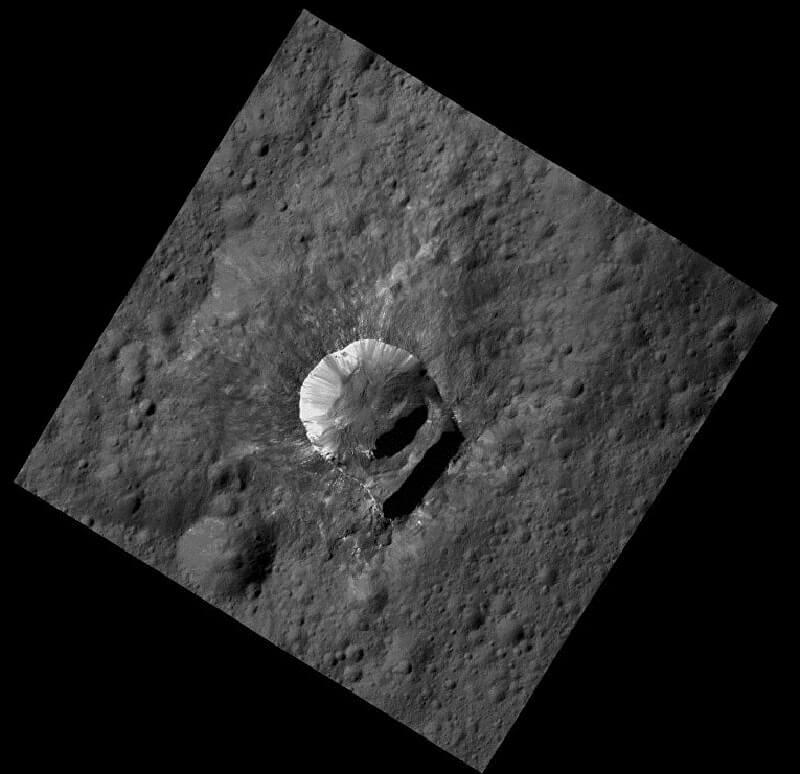 Кратерът Оксо. Свлачището е вдясно. © NASA/ JPL-Caltech/UCLA/MPS/DLR/IDA/PSI