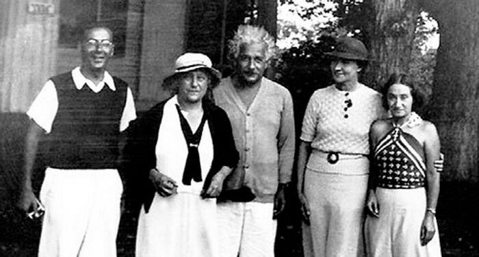 Коньонкова с Айнщайн, втората му съпруга Елза, осиновената му дъщеря Марго и физика Робърт Опенхаймер