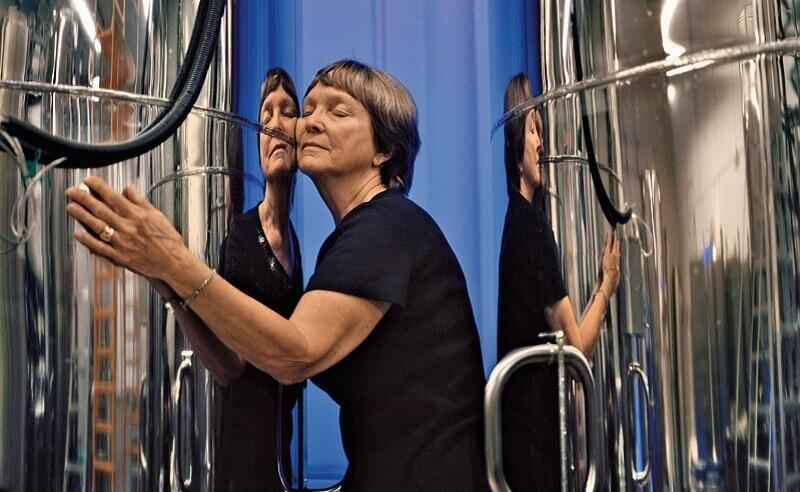"""Линда Чембърлейн, един от учредителите на аризонската компания Alcor, прегръща контейнера в който се съхранява тялото на нейния съпруг Фред, замразено в надеждата, че един ден ще може да бъде съживено. Линда планира, като му дойде времето, да се присъедини към мъжа си в леденото очакване. Тя повтаря последните думи на Фред: """"Какво пък, надявам се, че ще сработи."""" © Lynn Johnson, National Gegraphic"""