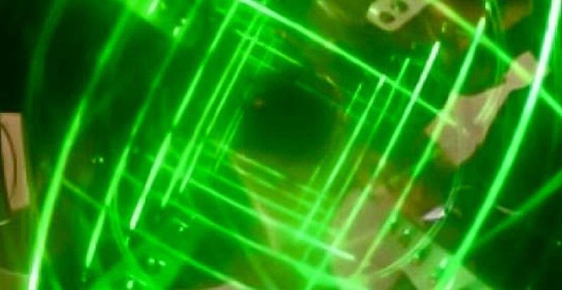 Илюстрация, която демонстрира как би могла да изглежда хипотетична машина на времето. Лазерът създава въртеливо движение на светлината, изкривявайки пространство-времето в машината. Илюстрация: Professor Chandra Roychoudhuri'slaboratory, courtesy of Dr. Ron Mallett