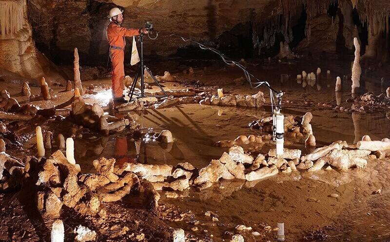 Учените измерват възрастта на неандерталския Стоунхендж. © Etienne FABRE - SSAC