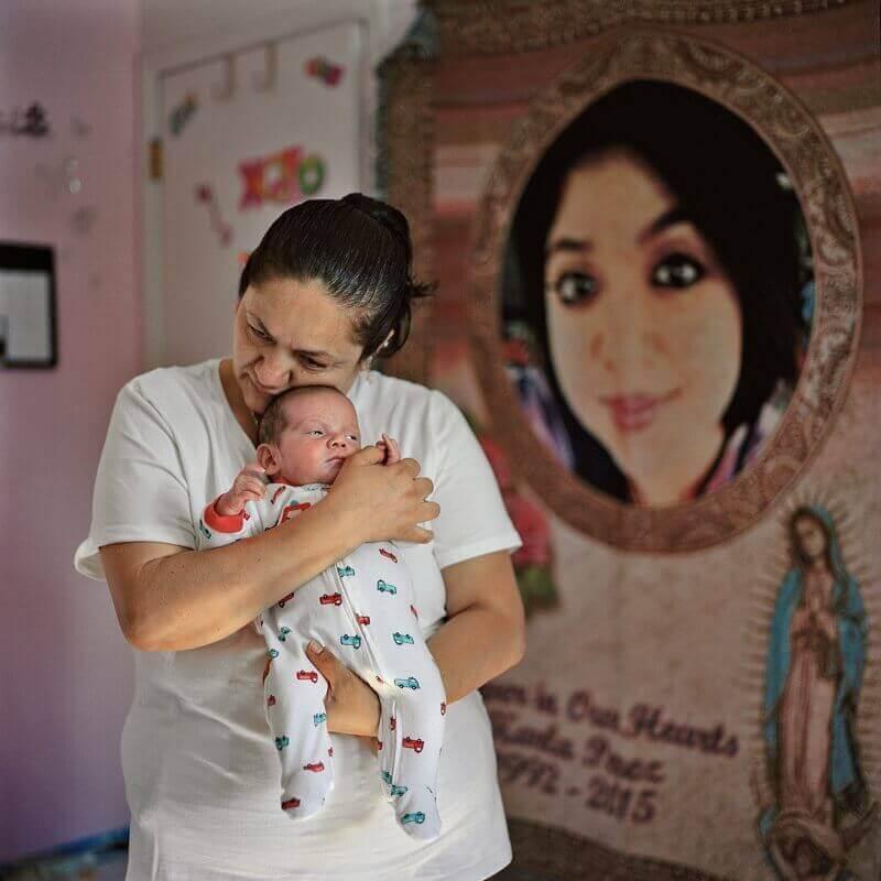 Всеки ден Берта Хименес разговаря със снимката на своята дъщеря Карла Перес, чийто мозък умира, когато е в 6-ия месец на бременността. Лекарите направили всичко, за да може организмът на Карла да функционира още 54 дни – достатъчно, за да са появи детето на бял свят. Така се родил Анхел. © Lynn Johnson, National Gegraphic