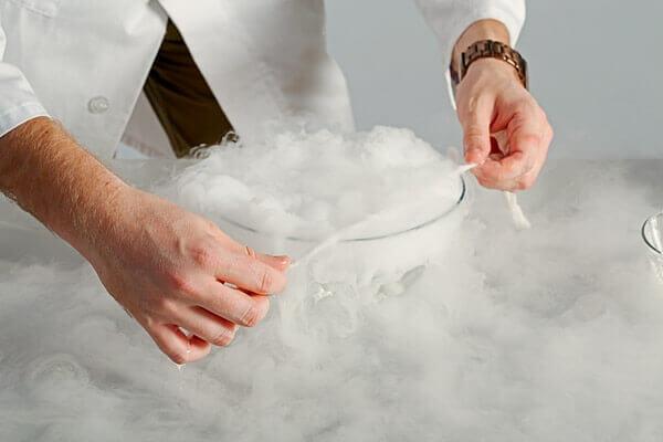 С помощта на напоената впрепарат лента внимателно правим сапунен филм върху съда със сух лед. Въглеродният двуокис започва да надува огромен сапунен мехур, най-често в съвкупност с множество малки.
