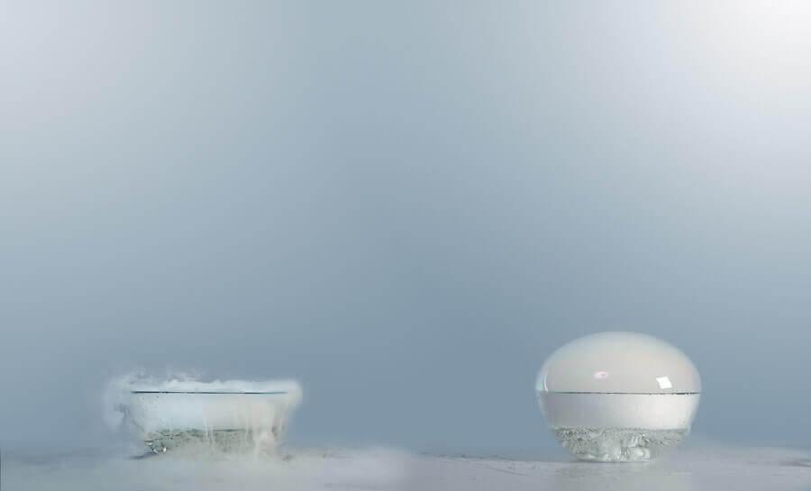 Когато мехурът се спука, парите въглероден диоксид красиво се разтичат по плоската повърхност, върху която е поставен съдът със сух лед.