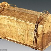 35D93D4B00000578-3670075-A_fragment_of_bone_found_in_a_tiny_golden_casket_pictured_uncove-a-54_1467388485259