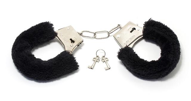 handcuffs-1503841_640