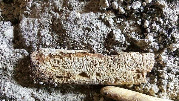 Костта с глифите. Снимка: Естрада - Бели