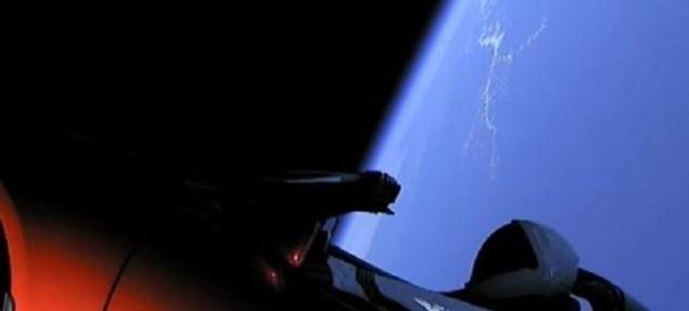 Автомобилът Tesla Roadster беше изведен в орбита с първия полет на новата ракета на SpaceX Falcon Heavy