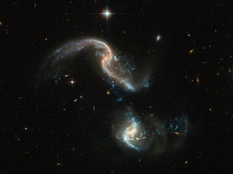 Arp 256 е система от две спираловидни галактики на около 350 млн светлинни години от Земята. Двете са в ранна фаза на сливане. NASA/ESA Hubble Space Telescope