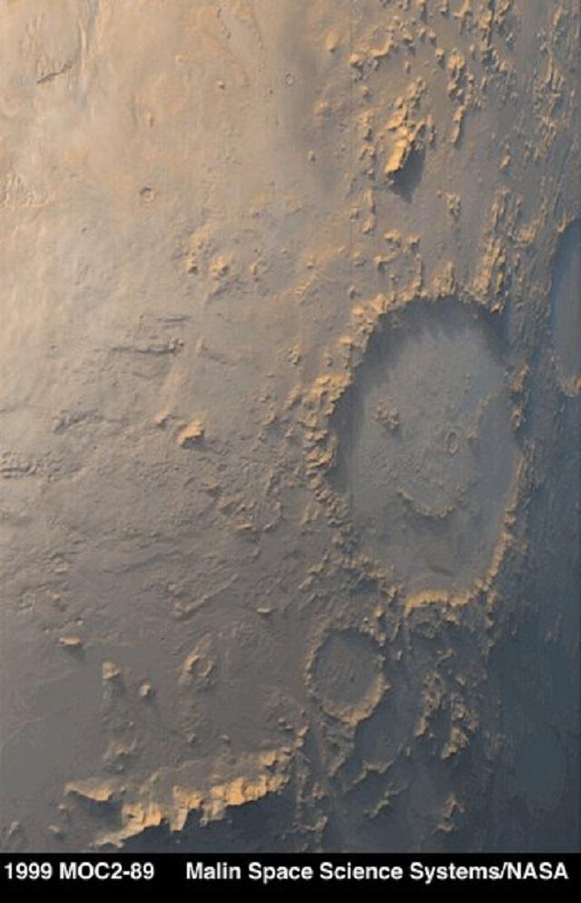 Усмивката от Марс. Снимката е от кратера Гейл.