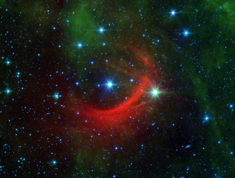 Когато магнитното поле на по-големи звезди и звездният вятър се срещнат с космическите прах и газ между две звезди, тогава пространството заблестява. Това е причината звездата Капа Касиопея да има червен ореол.