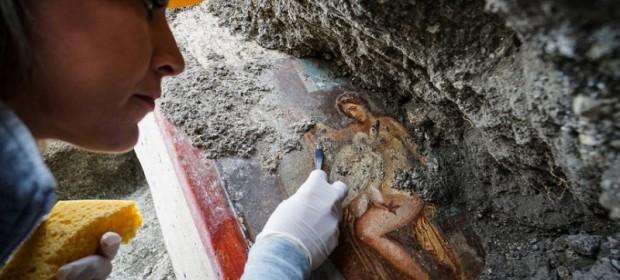 """19.11.2018, Италия - Археолог почиства фреската """"Леда и лебеда"""""""