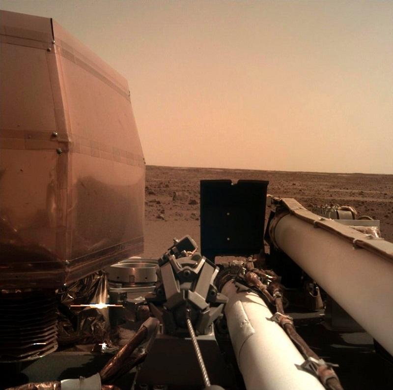 НАСА публикува и тази снимка, заснета малко след кацането на Инсайт