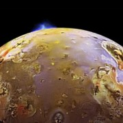 Вулканично изригване на Йо и отразена слънчева светлина от близката луна Европа